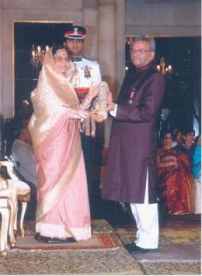 Shri S.R. Faruqi being honoured  with �Padmashri�, by the Honorable President of India, Mrs. Pratibh